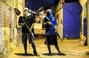 Hay un considerable mercado ilícito de armas traficadas en Brasil. Miembros de una banda criminal en Natal. Foto / Victor Moriyama para The New York Times.