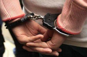 Mujer debe seguir detenida mientras se investigan los hechos.