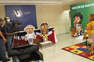 Educadores voluntarios graban programas para la televisión.