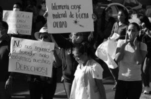En varios países de Latinoamérica, Ecuador, Perú, México, personal del sistema de salud ha protestado por la falta de insumos y la inseguridad a la cual se enfrentan. Foto: EFE.