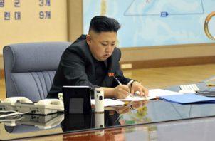Kim Jon Un (sentado), no asistió a los festejos del 15 de abril en recordación de su abuelo. Fotos: Archivo/Ilustrativas.