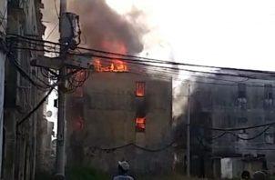 Este edificio estaba desocupado, por lo que se presume que sean orates, los que hayan incendiado el lugar, para extraer cobre. Foto/Diomedes Sánchez