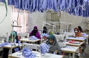 Tras recortes de minoristas occidentales, millones de trabajadores en Bangladesh han sido enviados a casa. Foto / Mohammad Ponir Hossain/Reuters.
