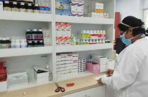 El desabastecimiento de medicinas en la Caja de Seguro Social obliga a las personas a comprarlas.