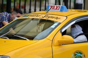 Un hombre subiendo a un taxi en Guayaquil (Ecuador). Fotos: EFE.