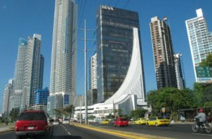 """""""La perspectiva negativa refleja nuestra opinión de riesgos negativos para los indicadores fiscales y económicos de Panamá en los siguientes seis a 24 meses"""", indicó."""