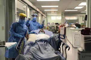 Emoción por paciente que sale de la unidad de cuidados intensivos.