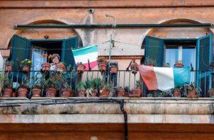 La gente en las ventanas celebran el 75 aniversario de la Liberación de Italia en el histórico barrio de Testaccio durante el bloqueo de coronavirus en Roma FOTO/EFE