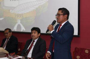 Arquesio Arias (De pie), diputado del Partido Revolucionario Democrático (PRD), representa al circuito 10-2.