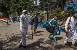 """Funcionarios indios hablan de """"corona jihad"""". Hombres de seminario islámico en Delhi son puestos en cuarentena. Foto / Yawar Nazir/Getty Images."""