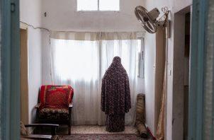 Amira Hawamdeh pidió un préstamo para abrir un negocio y pagar cuentas. Debe 613 dólares y teme ir a la cárcel. Foto / Nadia Bseiso para The New York Times.