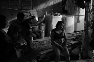 La cuarentena obligatoria tiene efectos que matarán entre diez y cien veces más personas que por la pandemia. Una mujer en una favela de Brasil agobiada por la crisis creada por el Covid-19. Foto: AP.