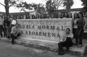 Un grupo de egresados de la Escuela Normal Juan Demóstenes Arosemena, afuera del plantel. Foto: Cortesía.