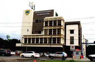 La atención al público en la sede principal del Servicio Nacional de Migración, en la ciudad capital, fue suspendida.