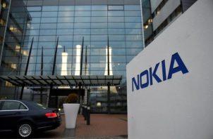 Vista del logotipo de Nokia en la entrada de la sede de la compañía en Espoo