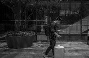 La propia tecnología ha venido ya invitando a ese aislamiento desde hace algunos años, al darnos herramientas por las que nos comunicamos en tiempo real. Foto: EFE.