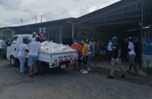 Además del pescado donaron también un total de 979 paquetes de arroz de 5 libras y 979 botellas de aceite.