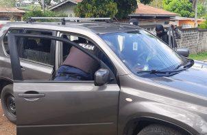 Las autoridades revisaron el auto, y no encontraron nada ilícito, pero detuvieron a las ciudadanos por los chalecos y violar la cuarentena total. Foto/Eric Montenegro