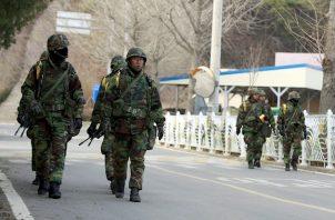 Los medios oficiales informaron el sábado de la asistencia de Kim y otros miembros de peso del régimen a una ceremonia que tuvo lugar el viernes, importante festividad en el país.