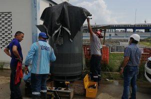Guillermo Torres Díaz (dcha.) le da seguimiento a las operaciones en la planta potabilizadora de Chilibre.