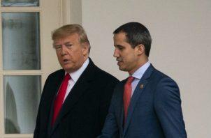 Maduro muestra por TV la imagen de los dos presuntos mercenarios de EE.UU., capturados. Fotos: EFE/Archivo.