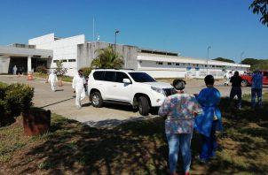 Los primeros en recibir las vacunas fueron los funcionarios de salud, organismos de seguridad y los funcionarios de diferentes instituciones que están al frente del Plan Panamá Solidario. FOTO/José Vásquez
