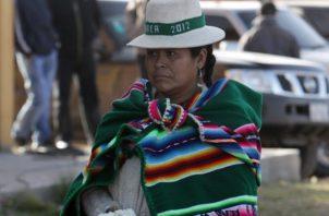 Una mujer luce su poncho en Andamarca. EFE