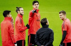 El portero Thibaut Courtois (cen.) en los entrenamientos del Real Madrid. Foto:EFE