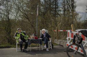 Karsten Tüchsen Hansen e Inga Rasmussen se reúnen todos los días en el cruce fronterizo. Foto / Emile Ducke para The New York Times.