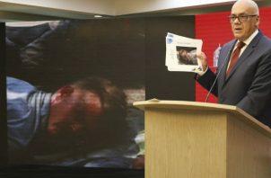 Credenciales de los mercenarios capturados en Venezuela, el de la izquierda corresponde a Luke Denman. Fotos: AP/EFE.