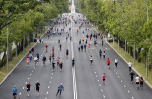 Los españoles tratan de volver a la normalidad realizando algunos paseos, y ejercicios. FOTO/EFE