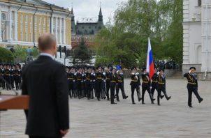 """El presidente ruso, Vladímir Putin, se limitó a pasar revista al batallón que se encarga de la seguridad del Kremlin y, ante la imposibilidad de mostrar al mundo su músculo militar, prometió que el Ejército ruso recibirá """"el armamento más moderno"""". FOTO/EFE"""