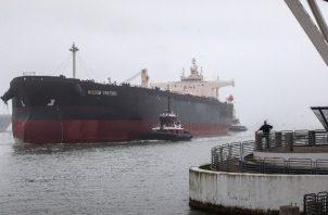 Con el mundo en pausa, comerciantes pagan a barcos hasta 200 mil dólares diarios por guardar crudo. Foto / Tamir Kalifa para The New York Times.
