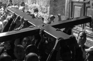 Llevemos la cruz con dignidad. Contemplemos al Cristo crucificado con mucha devoción y agradecimiento. Foto: EFE.