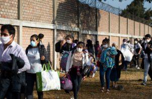 Se han perdido muchos empleos en la pandemia. Cientos de personas aguardan afuera de una terminal de autobuses en las afueras de Lima, esperando regresar a sus hogares rurales. Foto / Angela Ponce para The New York Times.