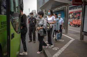 Hasta el momento, apunta el diario oficial China Daily, China cuenta con cinco posibles vacunas que han alcanzado ese nivel de desarrollo, de las cuales una se basa en un vector viral -un adenovirus, en este caso- para transportar partes del coronavirus y las otras cuatro, en una versión inactivada del agente infeccioso causante de la pandemia de la COVID-19.