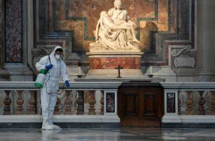 La basílica de San Pedro es sometida a un exhaustivo e inédito proceso de desinfección contra el coronavirus. Fotos. EFE.