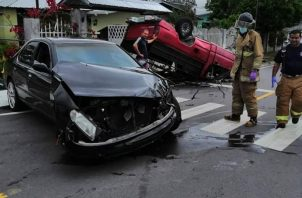 Los conductores fueron atendidos por personal de emergencias médicas y unidades del Cuerpo de Bomberos de Volcán. Foto/Mayta Madrid