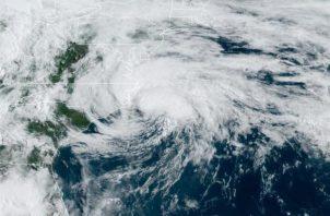 La tormenta tropical, que se adelantó a la temporada de huracanes que comienza el 1 de junio y termina el 30 de noviembre, avanza hacia el norte noreste a 24 kilómetros por hora (15 millas). FOTO/EFE