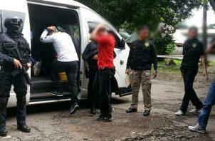 Las tres personas fueron enviadas a su residencia y cada semana deben notificarse ante la autoridad correspondiente. Foto/Mayra Madrid