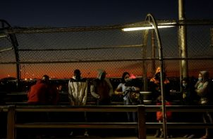 Migrantes que intentan entrar a EE.UU. desde México encuentran restricciones más rigurosas. Foto / Jose Luis Gonzalez / Reuters.