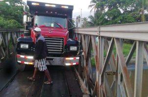 El Ministerio  de Obras Públicas, intervino para sacar el equipo pesado del puente.