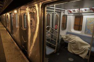 Con un desplome en los usuarios del metro de NY, los vagones son un refugio para los indigentes. Foto / Victor J. Blue para The New York Times.