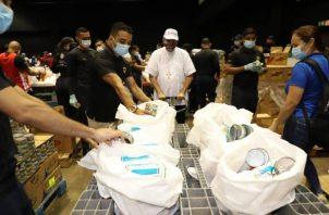 El Arzobispo de Panamá. José Domingo Ulloa, acudió al Centro de Convenciones Atlapa, donde bendijo a los voluntarios que arman las bolsas de comida para las personas más vulnerables.