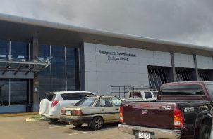 El vuelo del Servicio Nacional Aeronaval, llegó al aeropuerto Enrique Malek en David, Chiriquí, con los tres transportistas panameños que dieron positivo al COVID-19