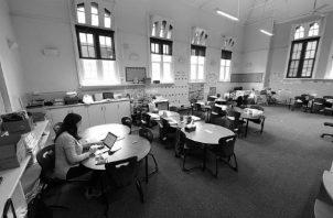 Muchos docentes se han tenido que poner al día, en tiempo récord, en el manejo de herramientas educativas para la enseñanza virtual. La brecha tecnológica se ha hecho más evidente que nunca. Foto: EFE.