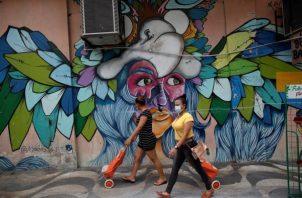 Al salir a la calle se debe usar las mascarillas y mantener el distanciamiento físico. Foto: EFE