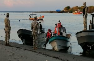 Los pescadores fueron trasladados a la base donde los evaluaron médicamente.
