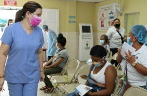 La ministra Rosario Turner repartió mascarillas en el centro de salud de El Chorrillo. Foto: @MINSAPma