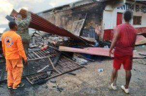 Con el apoyo de la comunidad darienita, el Senafront, el Sinaproc, removió varios escombros de los locales comerciales quemados. Foto/Sinaproc
